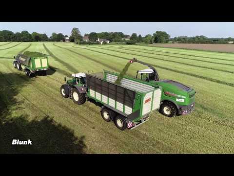 Gras ernten mit Häcksler und Ladewagen
