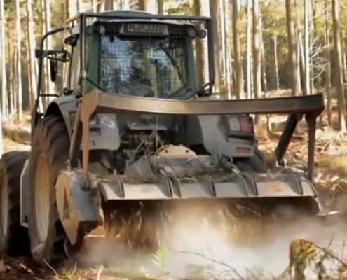 Blunk beim Mulchen im Forst