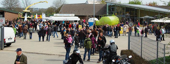 Besucher auf dem Betriebsgelände des Agrar- und Umwelt-Dienstleisters Blunk in Rendswühren