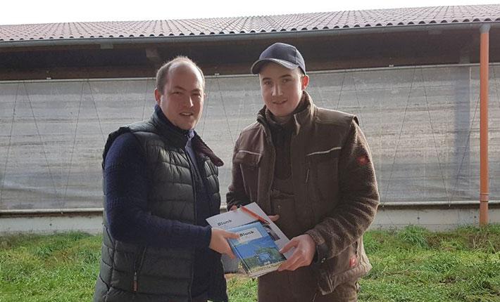Blunk übergibt Blunk-Planbuch an Kunden