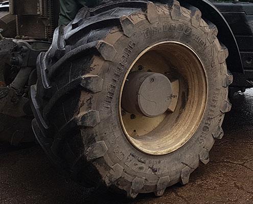 Beim Umsetzen der Antriebskraft unserer PS-starken Schlepper in Fahrtleistung spielt die Bereifung - genauer die Reifen-Traktion - eine wesentliche Rolle. Gerade auf aufgeweichten, feuchten gilt es, die Kraft der Riesen dennoch möglichst effektiv auf die Fläche zu bekommen. Einen Vorsprung verschaffen uns hier die Reifen: Hochwertige, robuste Reifen mit geeignetem Profil und gleichzeitig minimalem Bodendruck machen einen wesentlichen Unterschied; ein Grund, warum wir bei Blunk schon lange auf die hochwertigen Trelleborg-Reifen setzen.