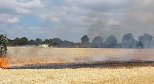 Blunk mit Wasserfass beim Brandeinsatz auf Getreidefeld