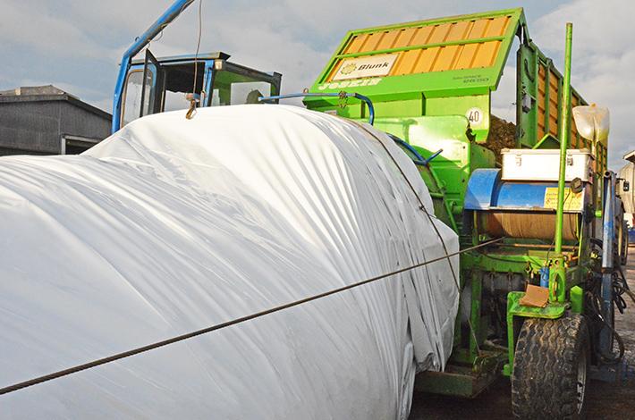 Blunk Kraftfutter Mais Rübe Mischung wird in Schlauch gepresst