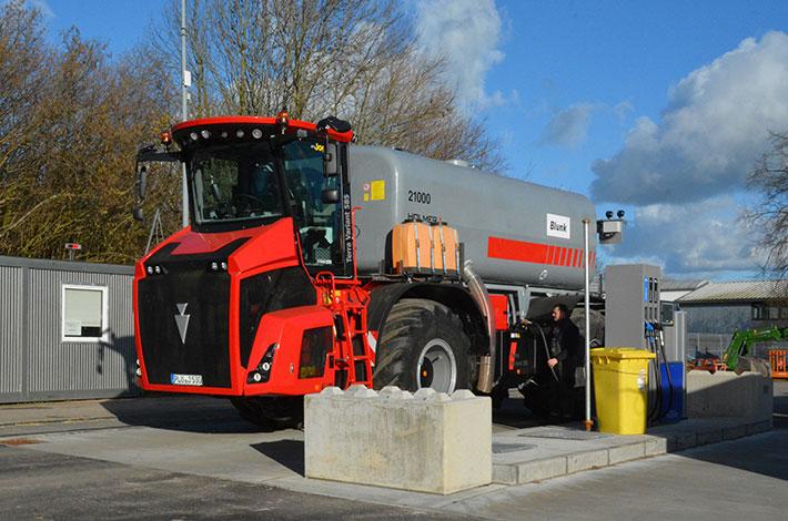 Neuer Blunk-Holmer 585 wird an neuer Tankstelle aufgetankt