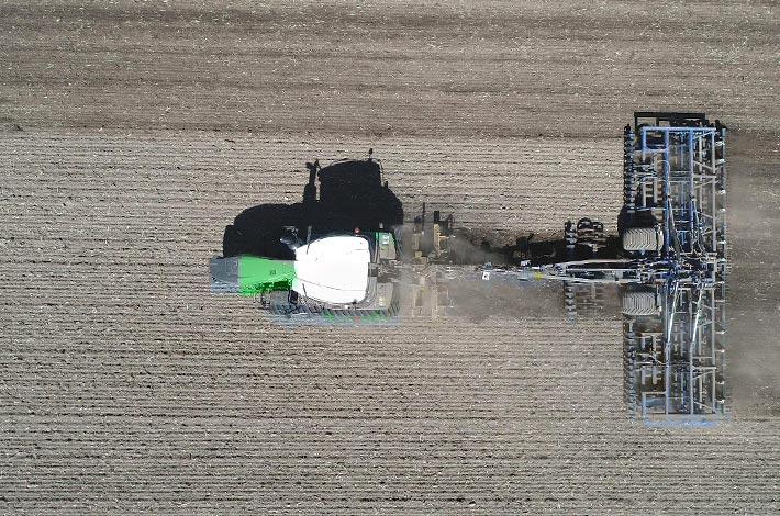 Blunk: Saatbettbereitung mit Fendt Raupentraktor und Dal-Bo 5