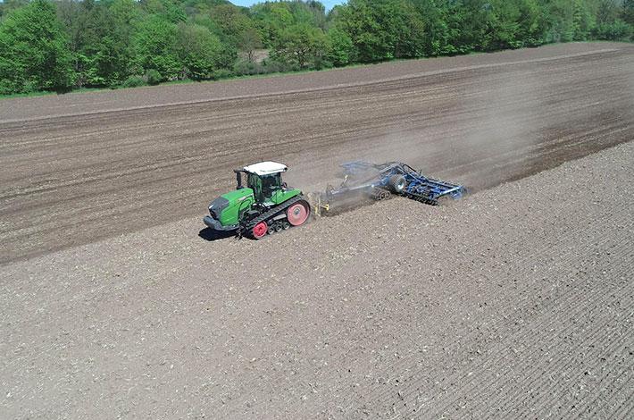 Blunk: Saatbettbereitung mit Fendt Raupentraktor und Dal-Bo 7