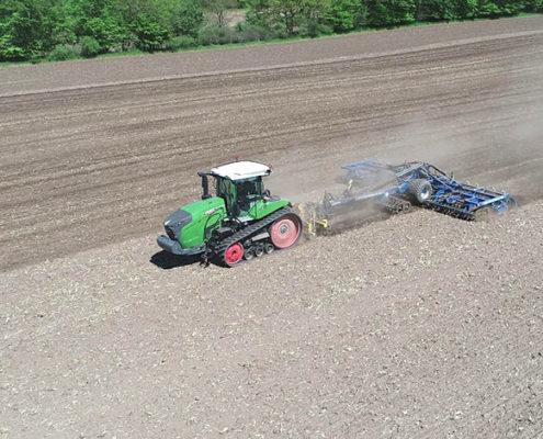 Blunk: Saatbettbereitung mit Fendt Raupentraktor und Dal-Bo 1