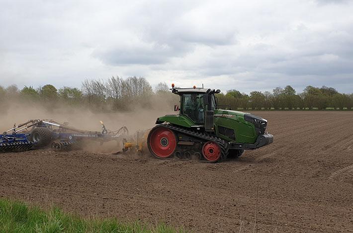 Blunk: Saatbettbereitung mit Fendt Raupentraktor und Dal-Bo 3