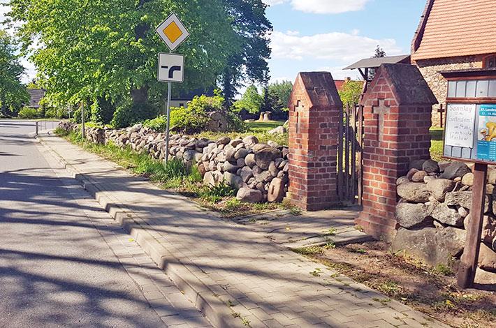 Blunk Rubinien Stubben entfernen alte Friedhofsmauer