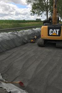 Blunk-Team beim Strassenbau in Mecklenburg - Vlies einbauen 1