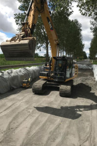 Blunk-Team beim Strassenbau in Mecklenburg - Vlies einbauen 3