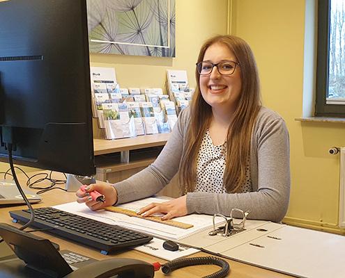 Blunk Auszubildende Kauffrau für Büromanagement Celine bei der Arbeit