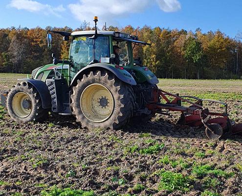 Lohnunternehmen Blunk bereitet Ackerflächen mit Pflug für Aufforstung vor - 51