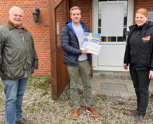 Saskia Thun und Klaus Pentzlin Bundespräsident BLU überreichen Simon Uppendahl 1. Preis des Wettbewerbs der Meister Agrarservice
