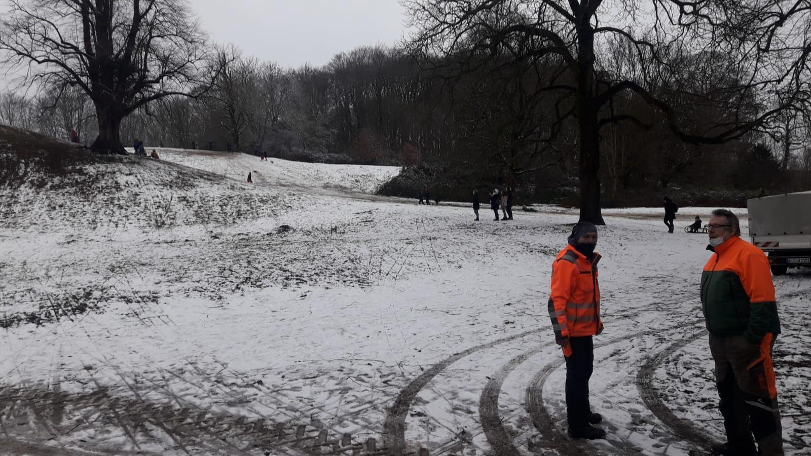 Lohnunternehmen Blunk liefert Strohballen für sicheren Rodelspaß auf der Krusenkoppel in Kiel - Fotos Jörg Baumgärtl 10