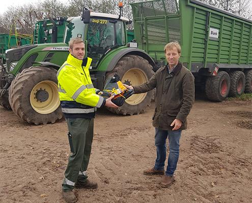 Nils Schäfer vom LU Verband Schleswig-Holstein gratuliert Simon Uppendahl zum Agrarservice Meister 01