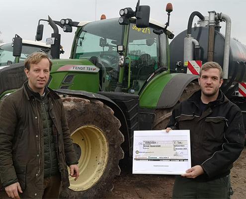 Nils Schäfer vom LU Verband Schleswig-Holstein gratuliert Simon Uppendahl zum Agrarservice Meister 02