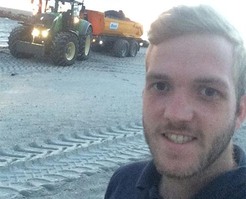Blunk Mitarbeiter Simon Uppendahl Agrarservice Meister bei Strandarbeiten