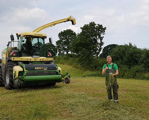 Blunk Mitarbeiter Simon Uppendahl bei der Ernte