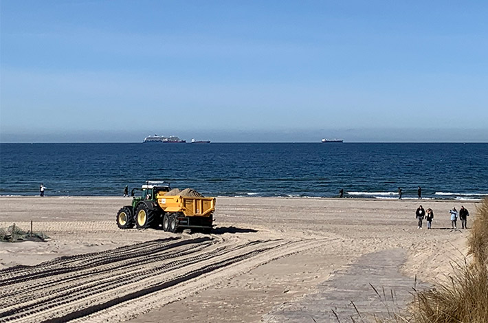 Dienstleister Blunk transportiert Sand auf Strand Warnemünde 01