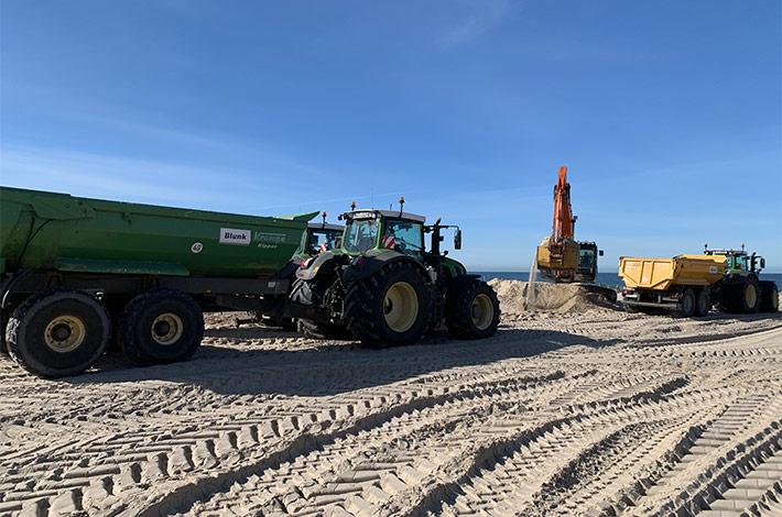 Dienstleister Blunk transportiert Sand auf Strand Warnemünde 02