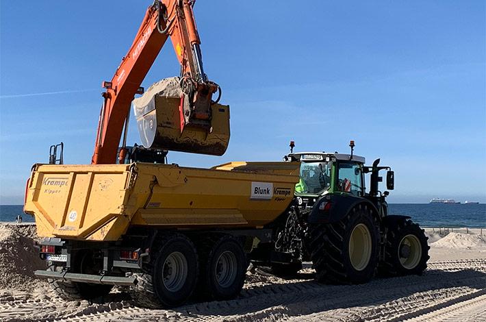 Dienstleister Blunk transportiert Sand auf Strand Warnemünde 03