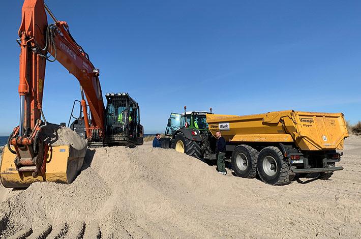 Dienstleister Blunk transportiert Sand auf Strand Warnemünde 04