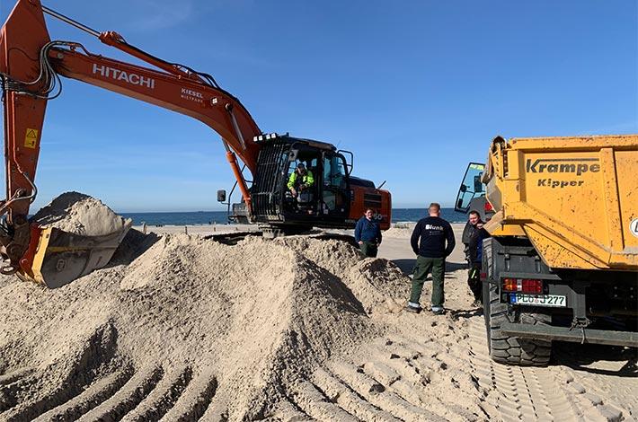 Dienstleister Blunk transportiert Sand auf Strand Warnemünde 05