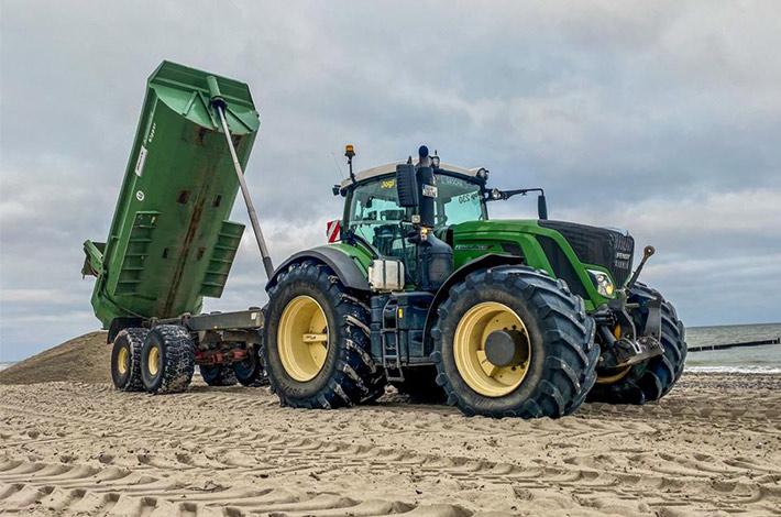 Dienstleister Blunk transportiert Sand auf Strand Warnemünde 10