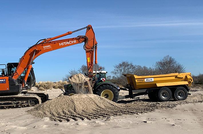 Dienstleister Blunk transportiert Sand auf Strand Warnemünde 11