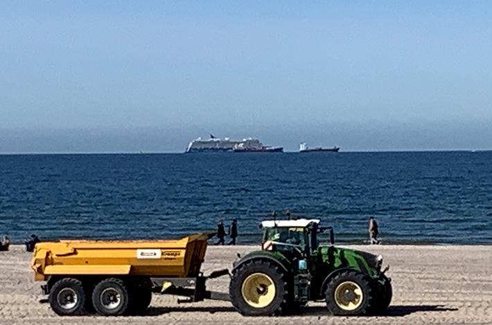 Dienstleister Blunk transportiert Sand auf Strand Warnemünde 12