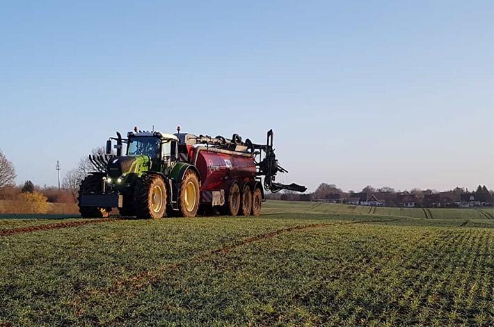 Blunk Agrar: Gülleausbringung 21 Kubikmeter auf 27 Meter Schleppschlauchgestänge 01