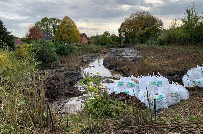Blunk-Team beim Entschlammen von Regenrückhaltebecken in Albersdorf - hier Beginn der Arbeiten vor Ort
