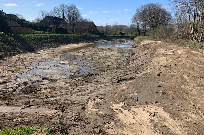 Blunk-Team beim Entschlammen von Regenrückhaltebecken in Albersdorf - hier Auftrag abgeschlossen, Regenrückhaltebecken geleert