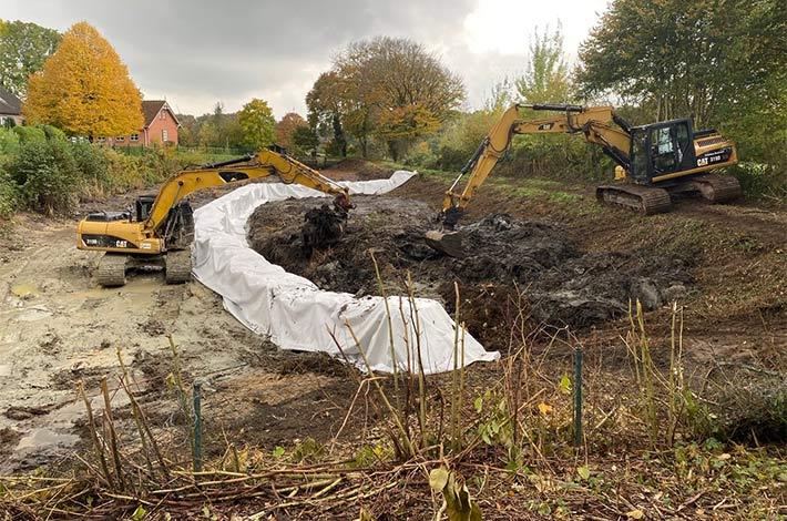Blunk-Team beim Entschlammen von Regenrückhaltebecken in Albersdorf - hier Befüllung des Polders in erster Bauphase
