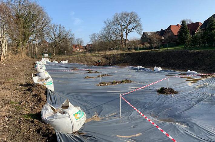 Blunk-Team beim Entschlammen von Regenrückhaltebecken in Albersdorf - hier bereits abgedeckt zum Entwässern