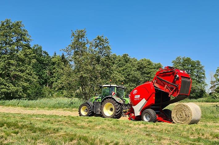 Blunk Lalendorf: Agrar-Team beim Ballen pressen FL01