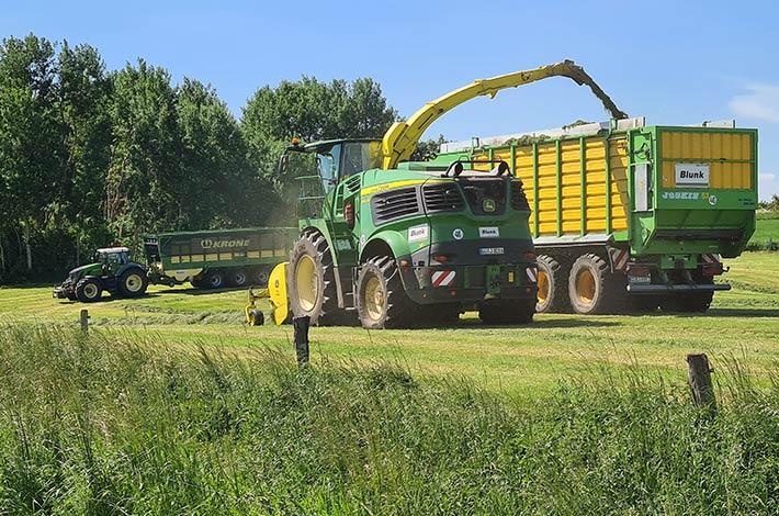 Blunk Lalendorf: Agrar-Team beim Grasschnitt FL03
