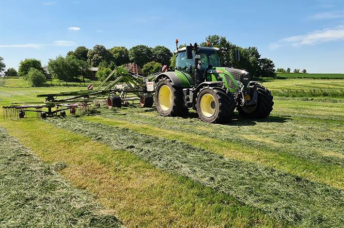 Blunk Lalendorf: Agrar-Team beim Grasschnitt FL04