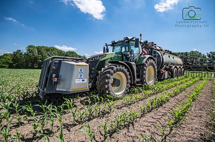 Blunk Lalendorf: Agrar-Team beim Gülle ausbringen in den Bestand TB02