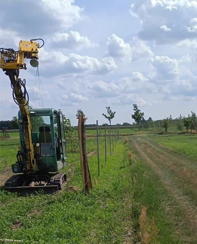 Blunk baut Zaun um Aufforstungsfläche in Beeskow für NFG 04