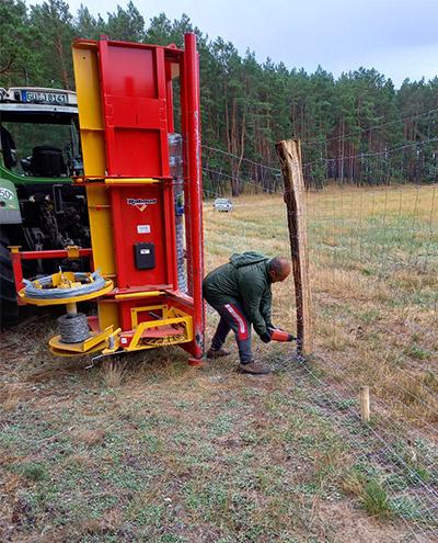 Blunk baut Zaun um Aufforstungsfläche in Beeskow für NFG 05