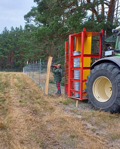 Blunk baut Zaun um Aufforstungsfläche in Beeskow für NFG 07