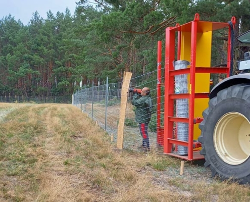 Blunk baut Zaun um Aufforstungsfläche in Beeskow für NFG - Titel